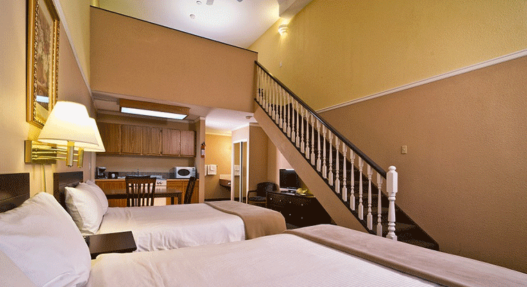 Kelowna Inn & Suites - 3 Queen Loft. Kelowna, BC.